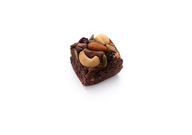 Brownie con almendras y macadamia sobre fondo blanco aislado