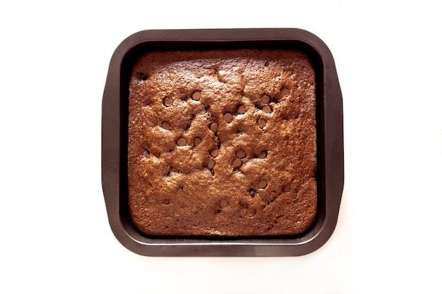 Brownie de chispas de chocolate recién horneado en una sartén aislada