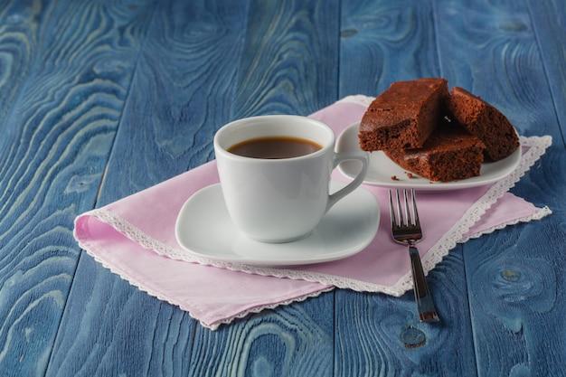 Brownie de chocolate casero fresco contra un fondo