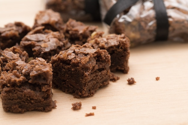 Brownie de chocolate hecho en casa aislado. porciones del brownie del chocolate en fondo de madera.