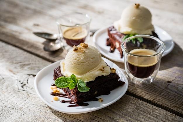 Brownie de chocolate con helado de vainilla, nueces y menta
