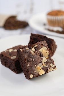 Brownie de chocolate en un plato blanco.