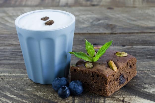 Brownie con frutas y vaso de café.