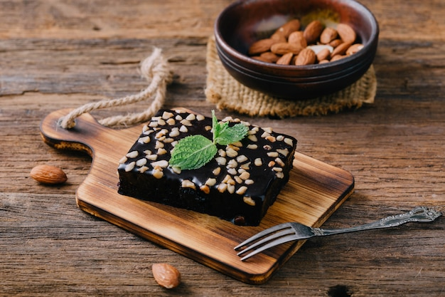 Brownie en mesa de madera