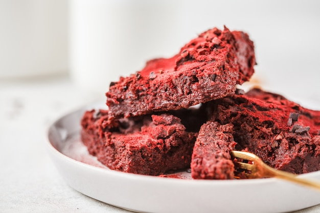 Brownie de remolacha en placa gris. comida vegana saludable.