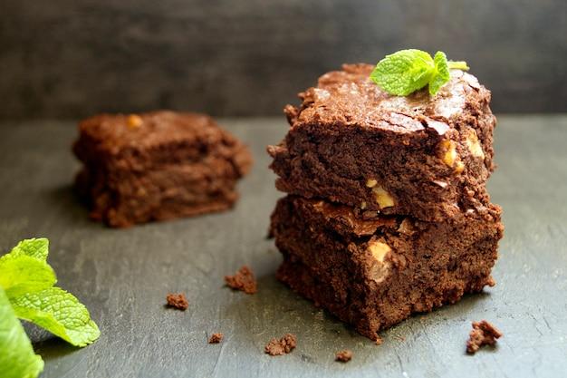 Brownie sobre un fondo oscuro. enfoque selectivo