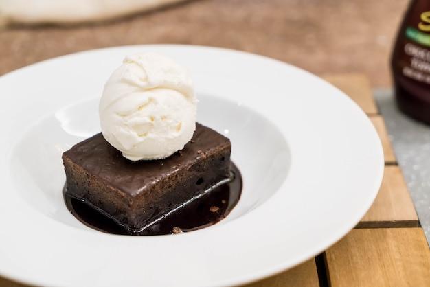 Brownie sundae con una cucharada de helado de vainilla