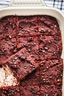 Brownie vegano de remolacha en una fuente para horno, vista superior.