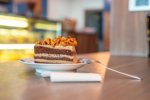 Brownies de almendras en un plato con la mesa en el interior de la cafetería,