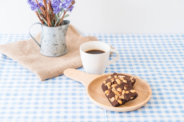 Brownies de chocolate en la mesa