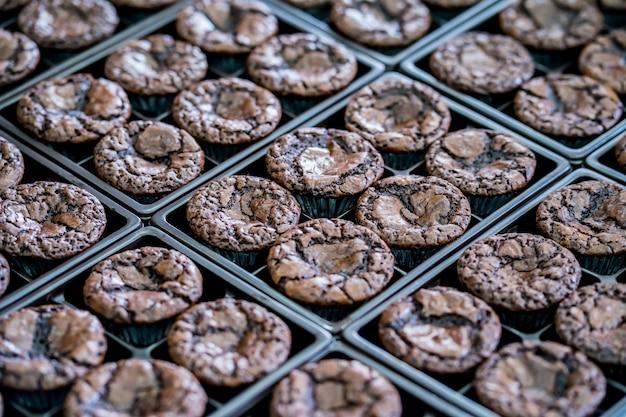 Brownies colocados en una bandeja