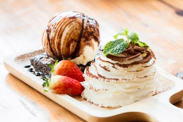 Brownies y helados en cuencos de madera.