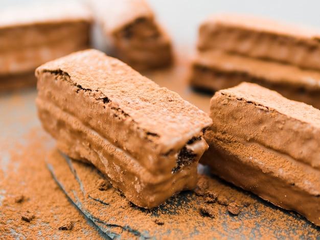 Brownies recubiertas con chocolate y cacao en polvo.