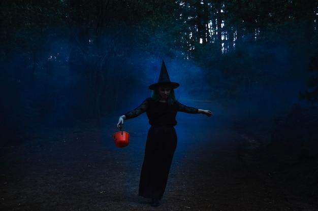 Bruja fantasmagórica en el bosque