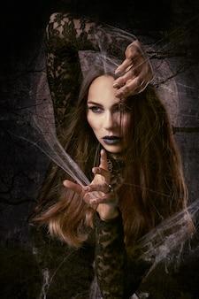 Bruja haciendo un conjuro
