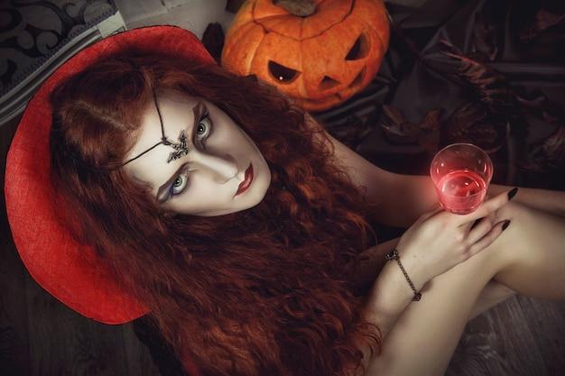 La bruja de halloween se prepara para el festival