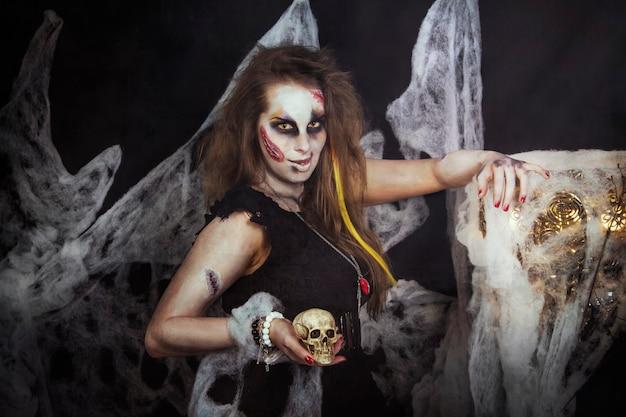 Bruja de halloween preparándose para las noches festivas muertas