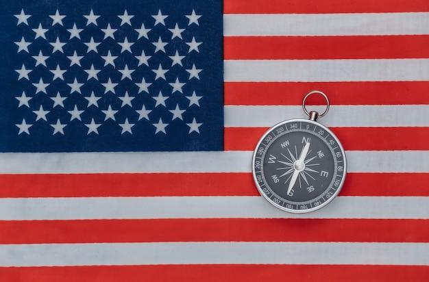 Brújula en la bandera de estados unidos de cerca. vista superior