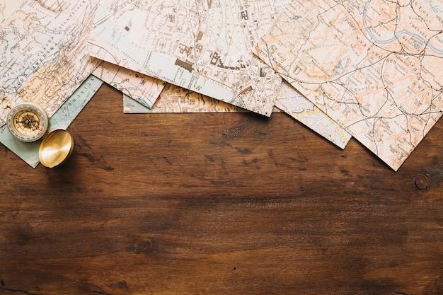 Brújula cerca de mapas antiguos