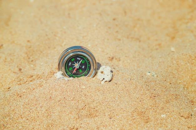 Brújula en la costa del mar
