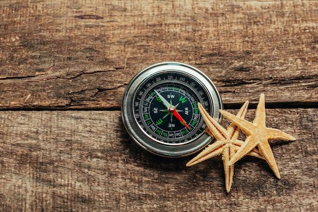 Brújula en una cubierta de madera