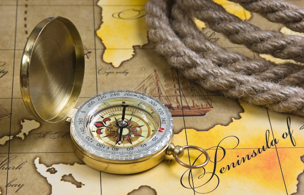 Brújula y cuerda en un mapa