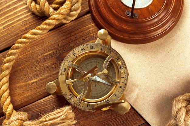 Brújula y cuerda en mesa de madera. de cerca