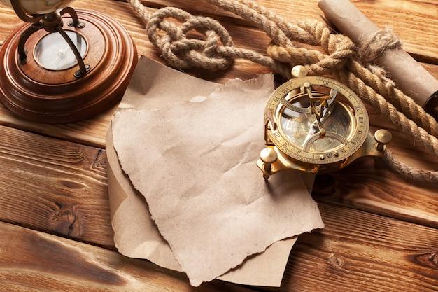 Brújula y cuerda en tableros de madera viejos
