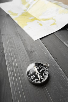 Brújula en el fondo de la mesa de madera