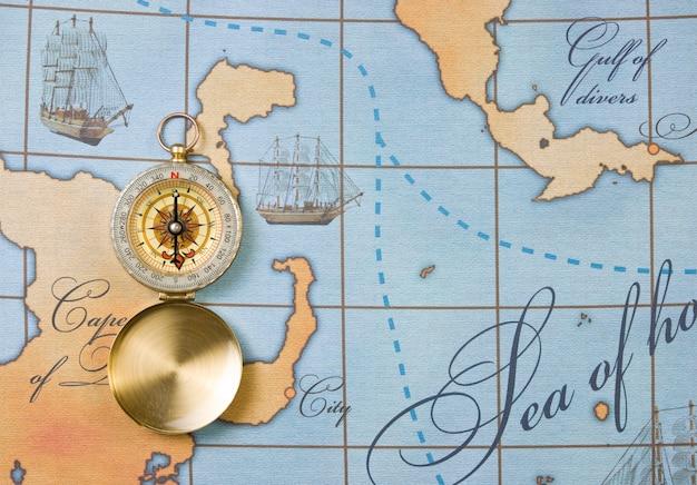 Brújula en un mapa estilizado