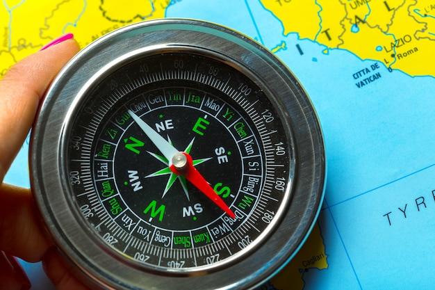 Brújula en el mapa de fondo de viajes