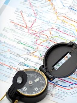 Brújula en un mapa de viaje en japón