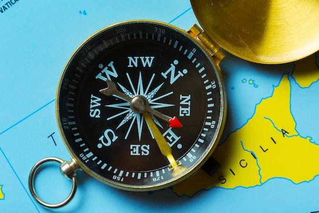 Brújula en el mapa de viajes