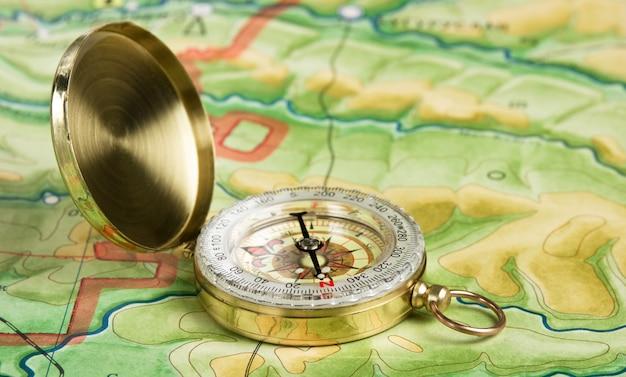 Brújula en un mapa
