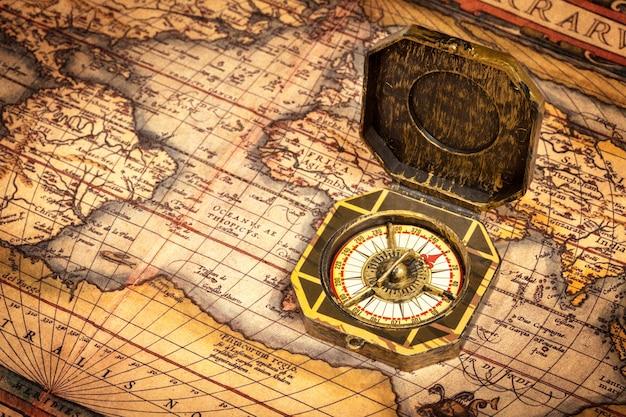 Brújula pirata vintage en mapa antiguo