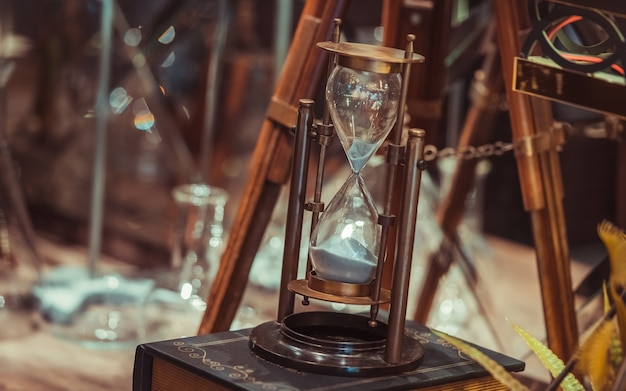 Brújula de reloj de arena de latón marino vintage