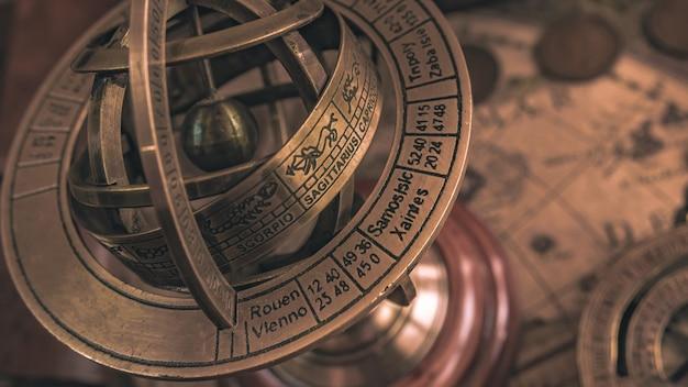 Brújula de reloj de sol náutico con un globo celestial con el signo del zodiaco