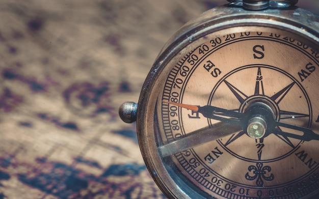 Brújula de reloj de sol náutico de latón antiguo