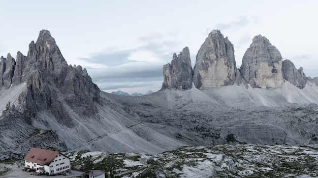 Brumosa escena matutina en el parque nacional tre cime di lavaredo con rifugio lacatelli.