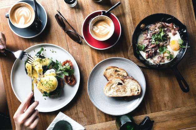 Brunch huevos en una cafetería