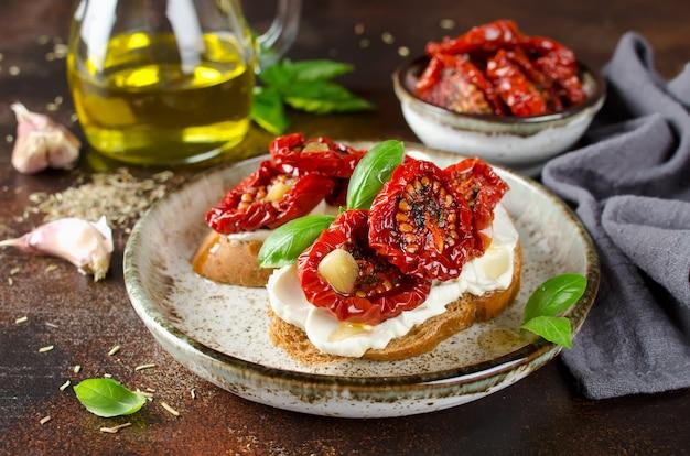 Bruschetta con aceite de oliva, tomates secos, requesón y albahaca fresca