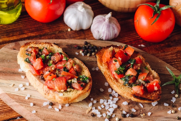 Bruschetta italiana clásica con tomates