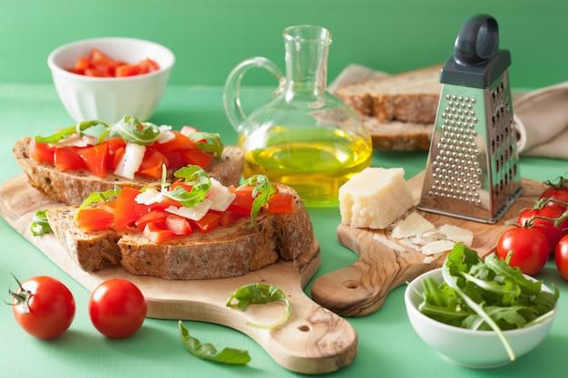 Bruschetta italiana con tomate y rúcula parmesana