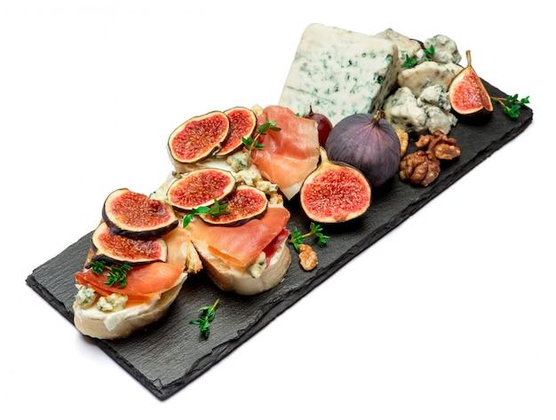 Bruschetta con jamón, ceese azul e higos frescos