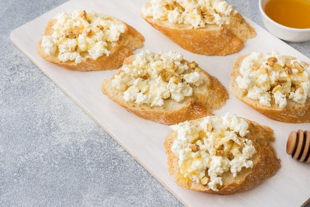 Bruschetta con queso cottage, nuez y miel.