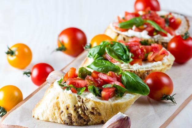 Bruschetta recién hecho de tomate y queso.