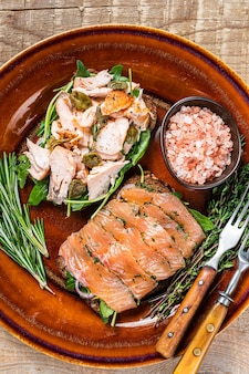 Bruschetta con salmón ahumado frío y caliente, rúcula