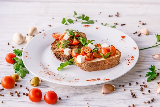 Bruschetta de tomate fresco. aperitivo de comida italiana con queso en mesa rústica
