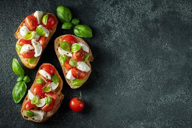 Bruschetta con tomate, mozzarella y albahaca.