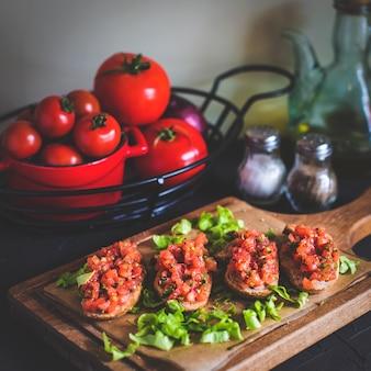 Bruschetta de tomate con pimiento rojo, vinagre balsámico, ajo y hierbas.